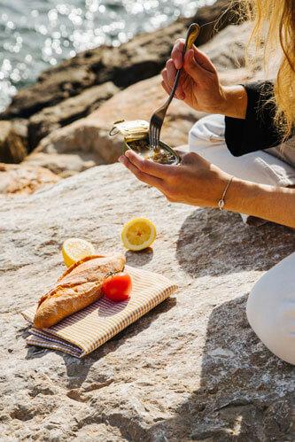 Sobre Judit Sanchez Torner fundadora del estudio de Branding Calma Studio, momento de cotidianidad con vermut en la playa