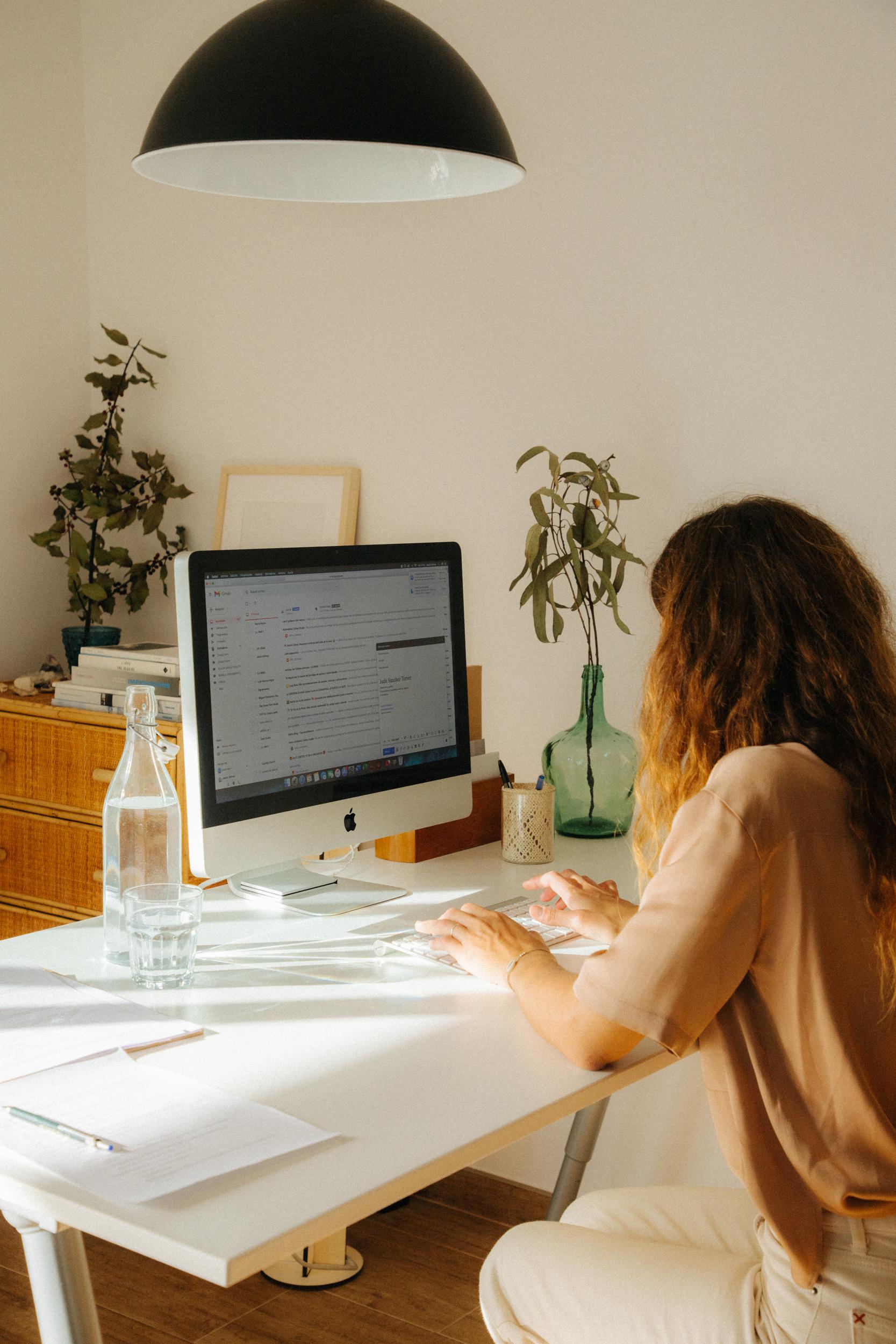 Sobre Calma Studio. Judit Sanchez Torner fundadora del estudio de Branding Calma Studio trabajando con la creación de marca