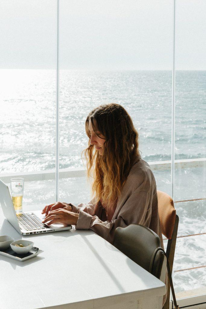 Sobre Calma Studio, Judit Sanchez Torner fundadora del estudio de Branding Calma Studio trabajando en la creación de marca en Sitges